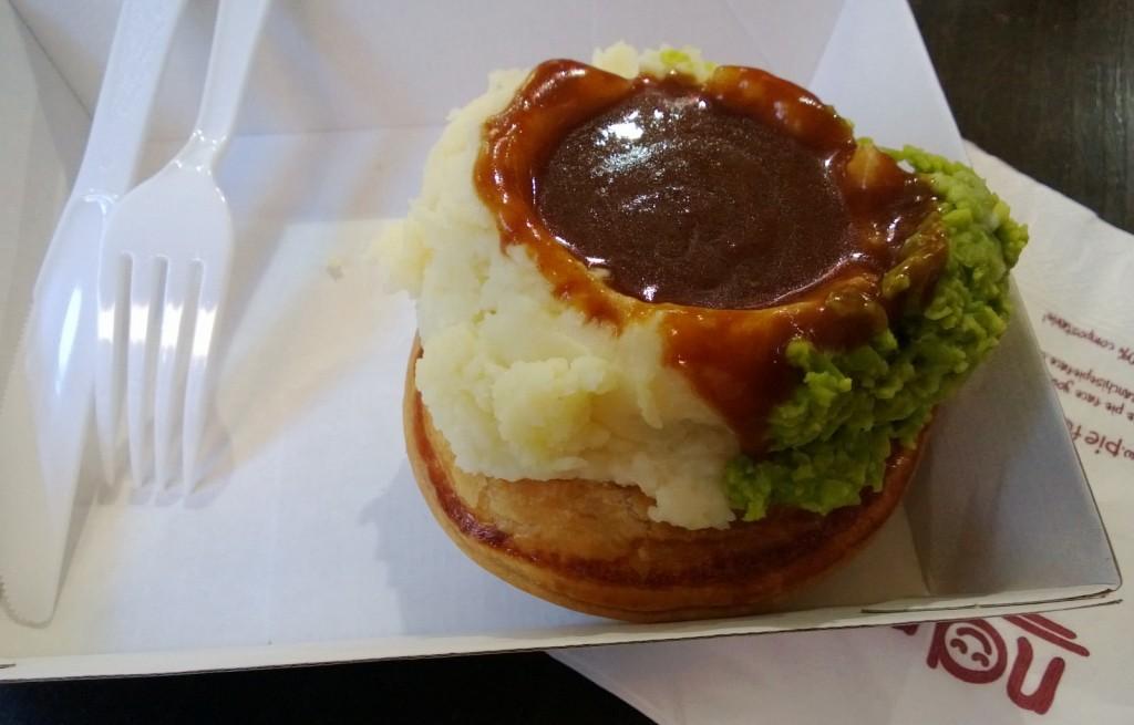 Ciasto z ziemniakami, sosem i zielonym groszkiem