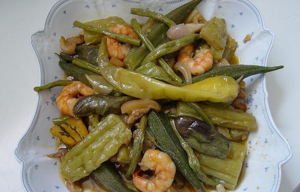 Pinakbet - warzywa gotowane na parze z krewetkami