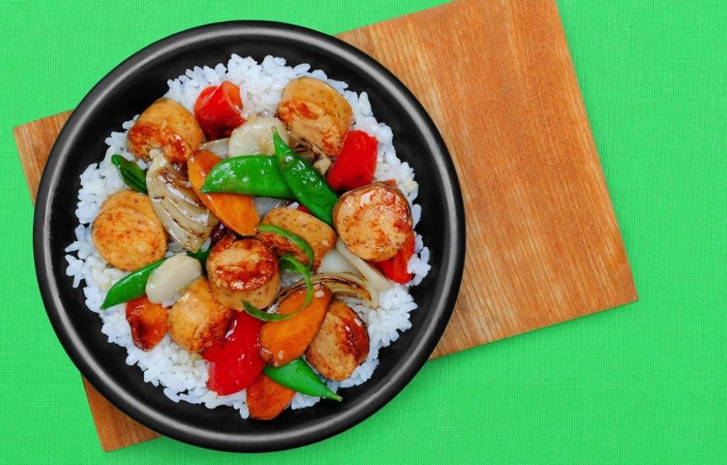 Ryż z kiełbasą, przegrzebkami i warzywami