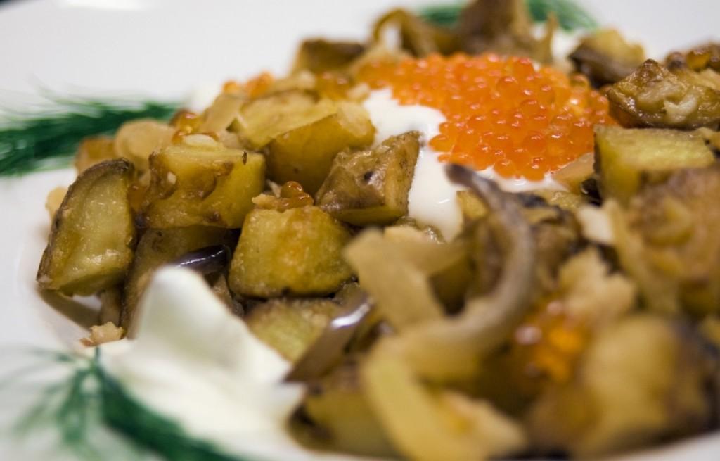Ziemniaki z pstrągiem, śmietaną i kawiorem