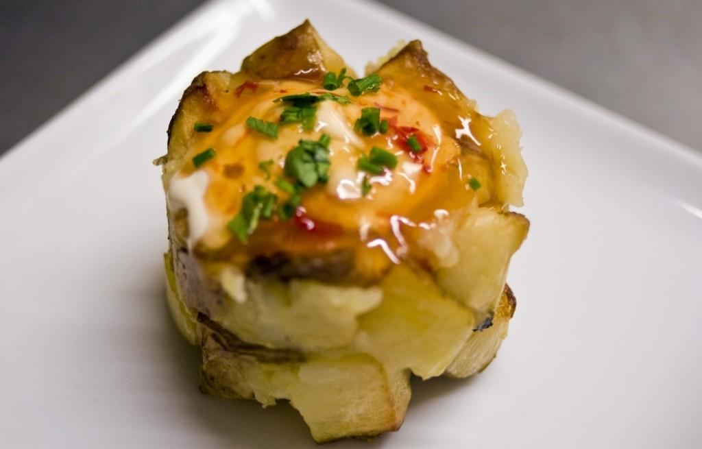 Ziemniaki z bagietką, sosem i śmietaną
