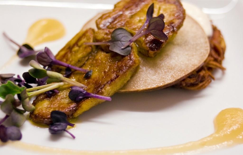 Foie gras z owocami i kiełkami