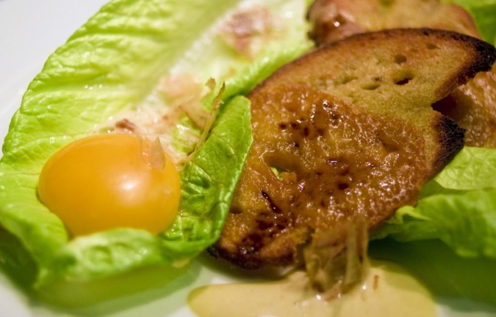 Grzanki z jajkami, sałatą i sosem