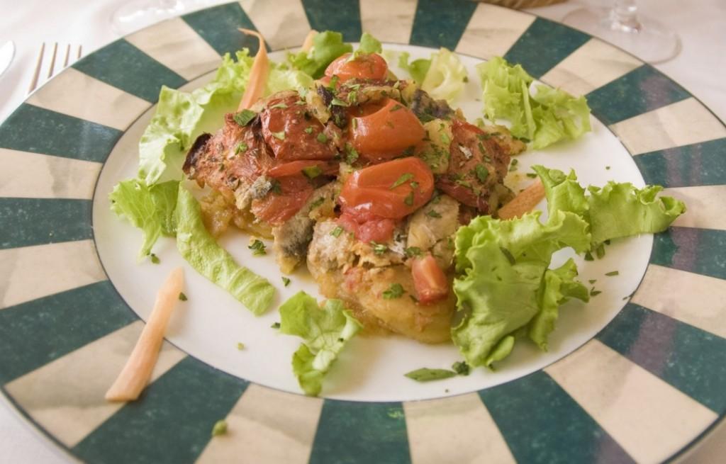 Zapiekanka z sardeli, bagietki i pomidorów