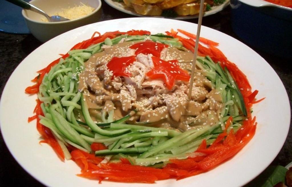 Kurczak z warzywami i sosem orzechowym