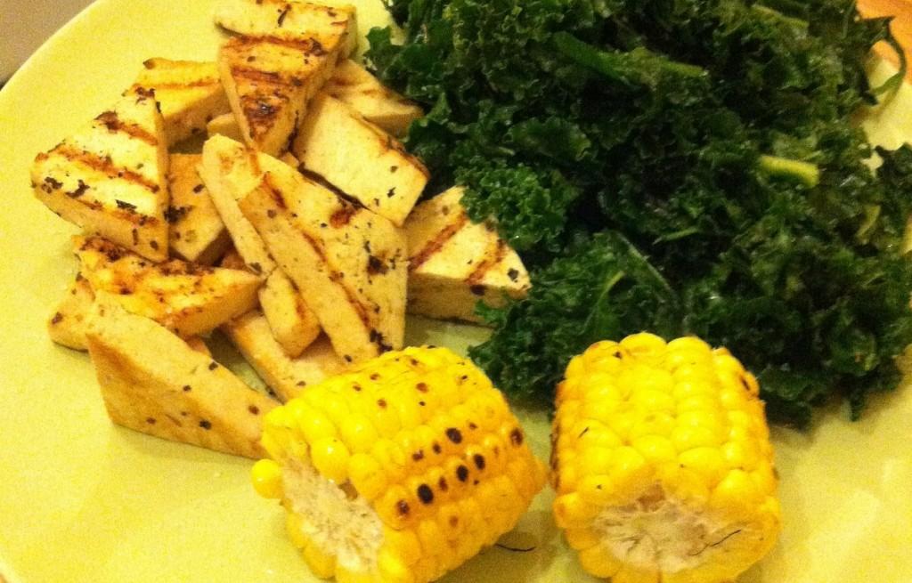 Tofu z kukurydzą i jarmużem
