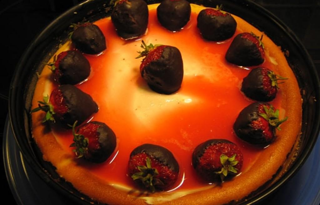 Sernik truskawkowy z glazurą rabarbarową