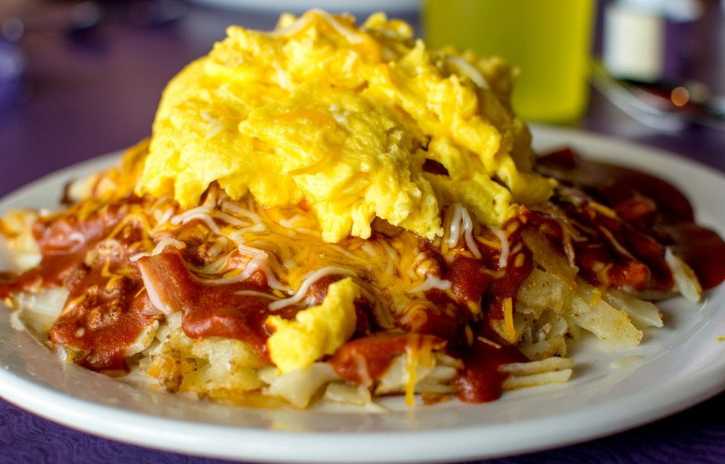 Kopiec ziemniaczany z jajkiem, serem i keczupem