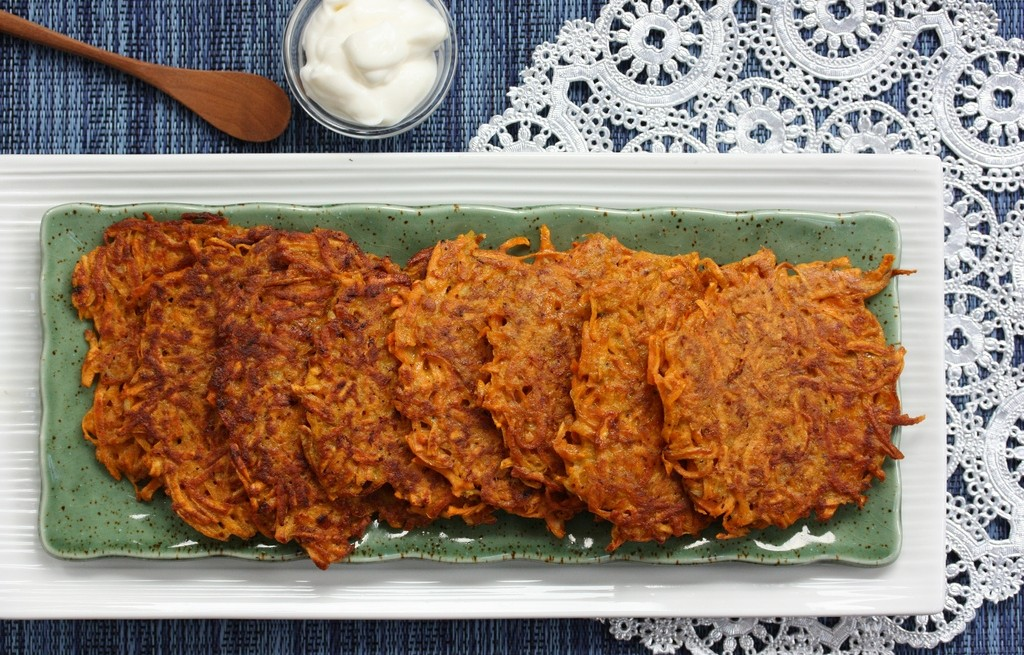 Placki batatowe z marchewką i śmietaną