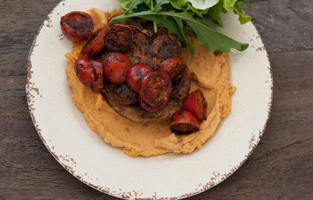 Hummus z jagnięciną i pomidorami