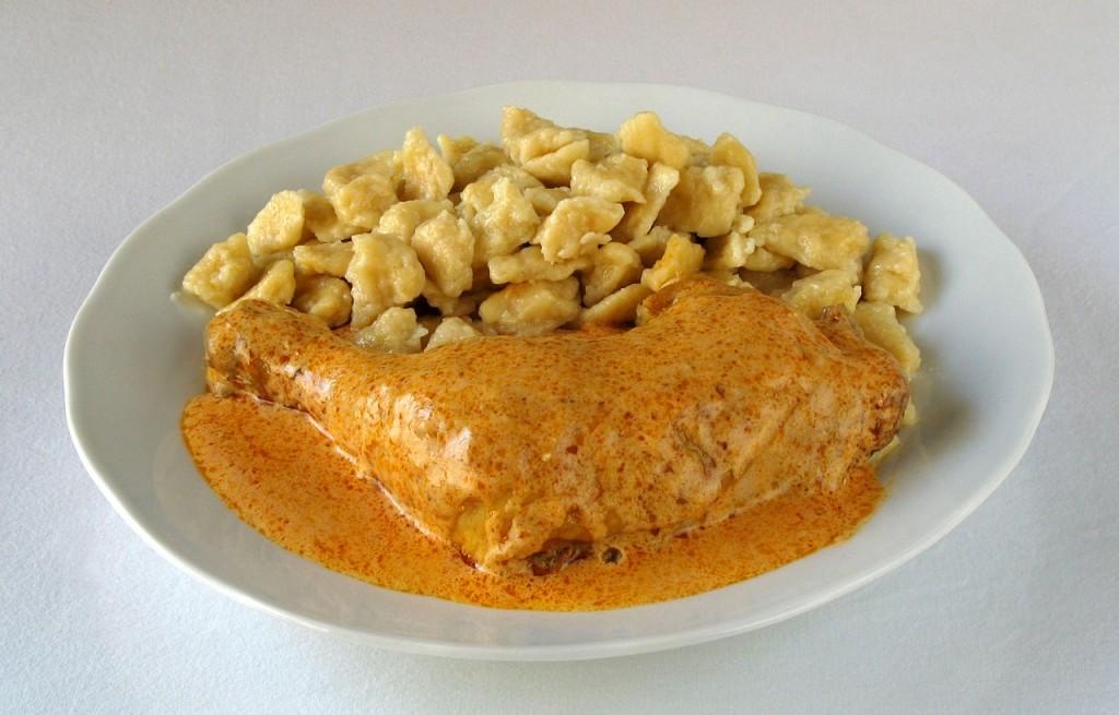 Galuski z kurczakiem i sosem paprykowym