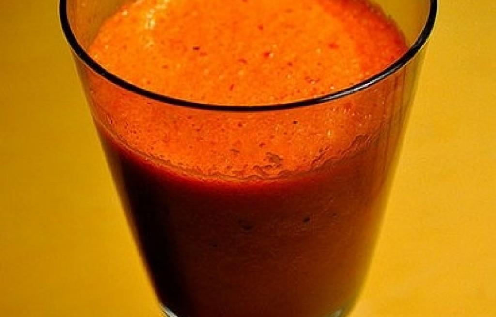 Napój z pomidorów i soku truskawkowego