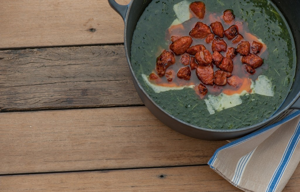 Zupa z serem, chorizo i jarmużem