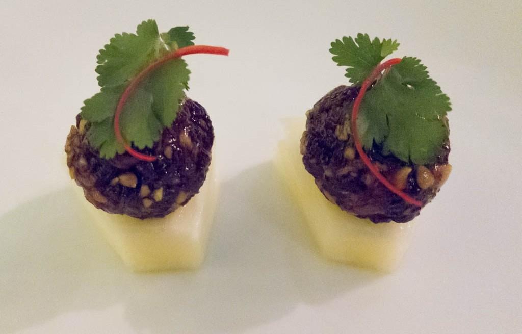 Krewetki z kapustą, orzechami i ananasem