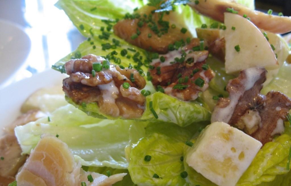 Sałatka z tuńczyka, sera i jabłek
