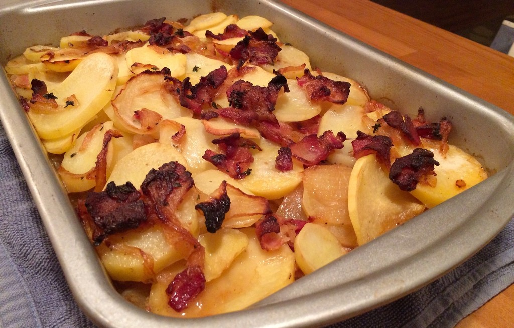 Zapiekanka ziemniaczana z boczkiem i cebulą