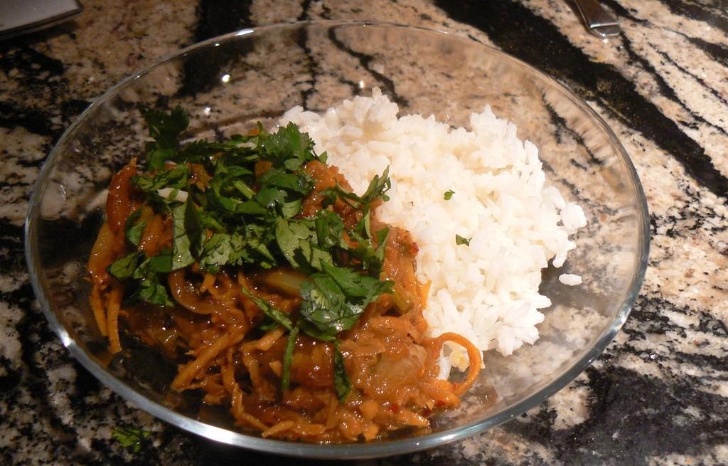 Wołowina ze szparagami i ryżem w curry