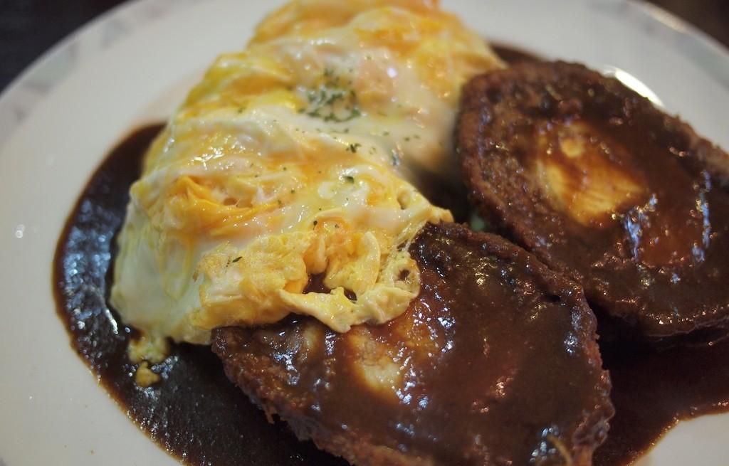 Schabowe z jajkami i serem w sosie pieczeniowym