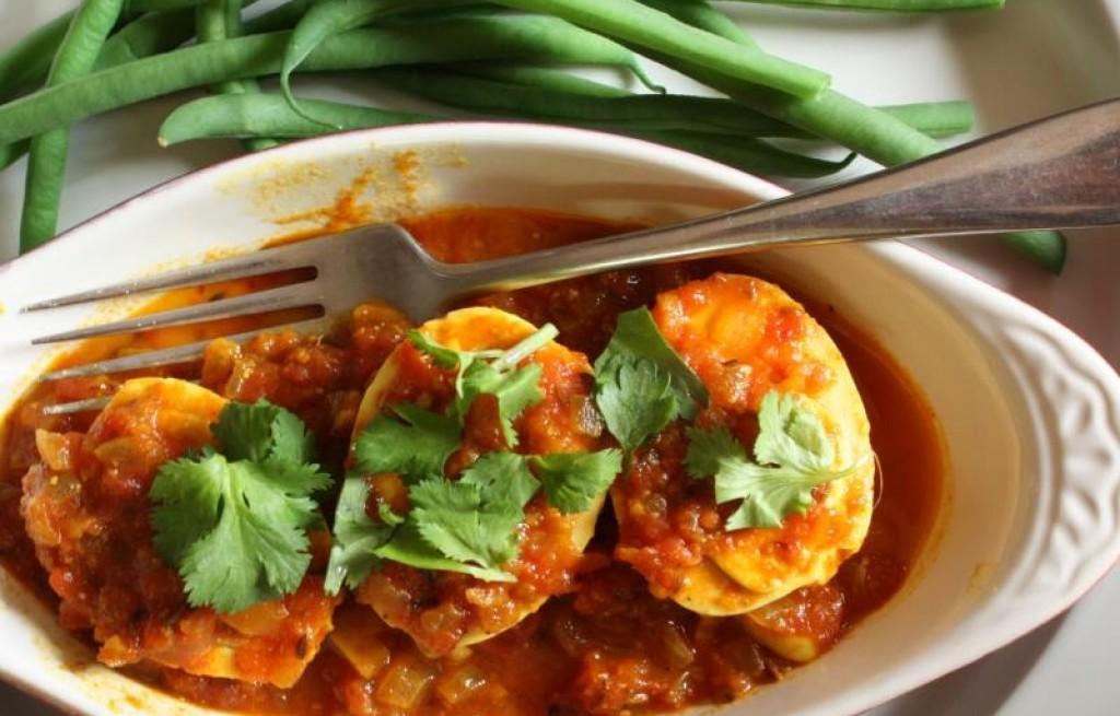 Jajka w curry z fasolką