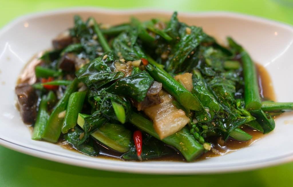 Brokuł chiński z wieprzowiną i orzechami