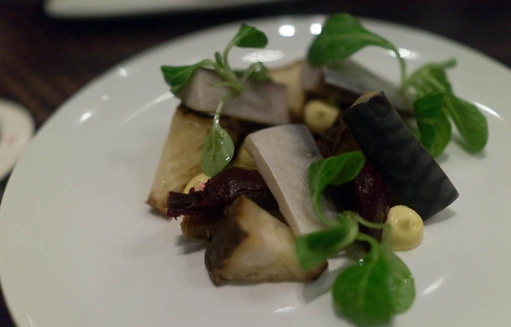 Makrela wędzoną z buraczkami i selerem