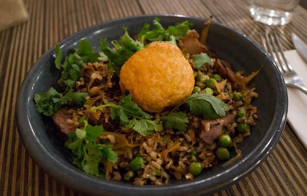 Ryż z poledwicą, warzywami i smażonym jajkiem