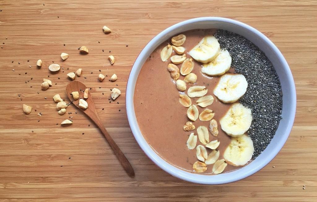 Budyń czekoladowy z owocami, orzechami i sezamem