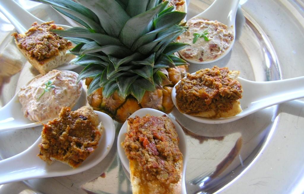 Tapanada z serem, pitą i ananasem