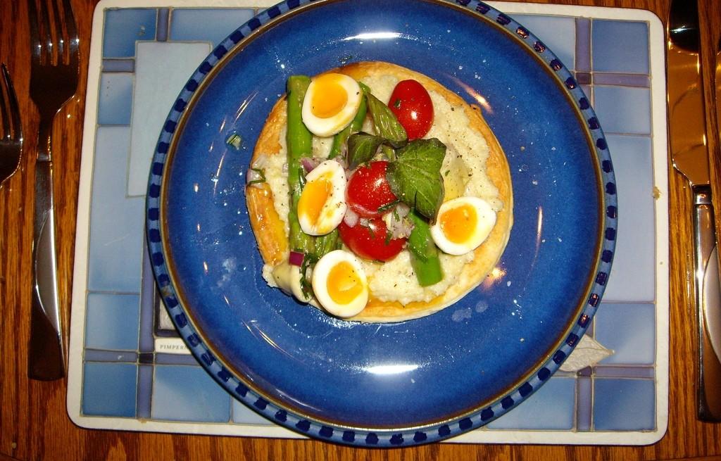 Pita z jajkiem, szparagami i kalafiorem