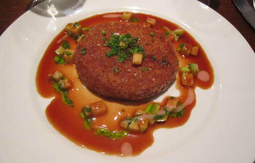 Kotlety z móżdżku wołowego i sera w sosie pomidorowym