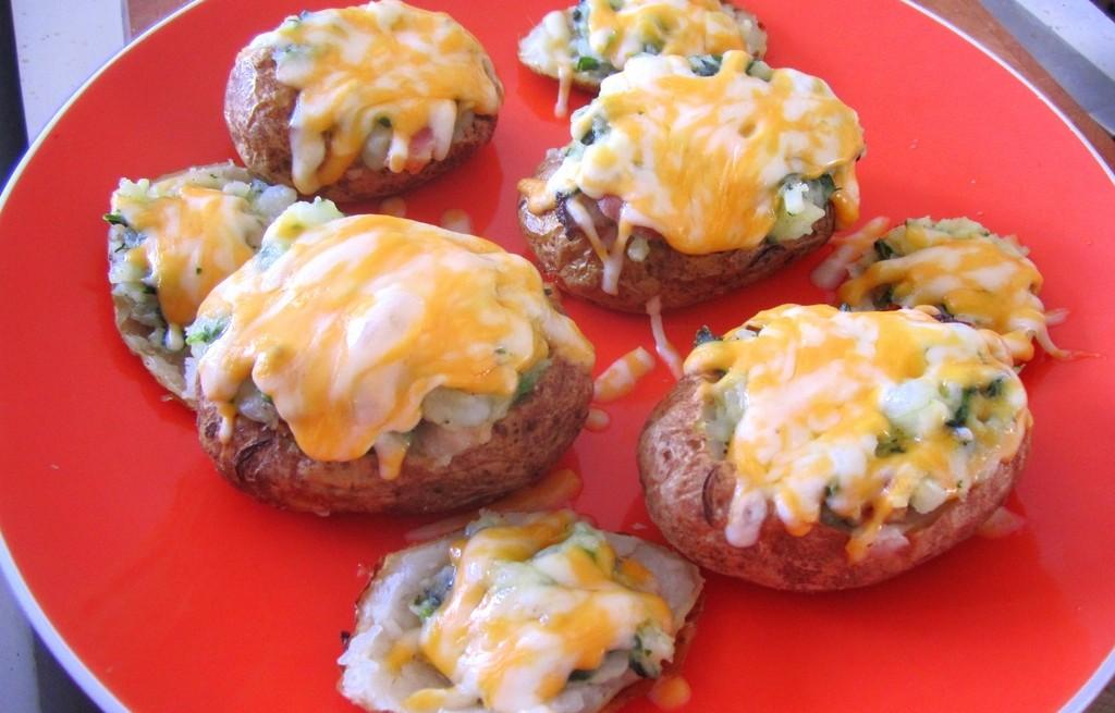 Ziemniaki zapiekane z serem, szpinakiem i bekonem