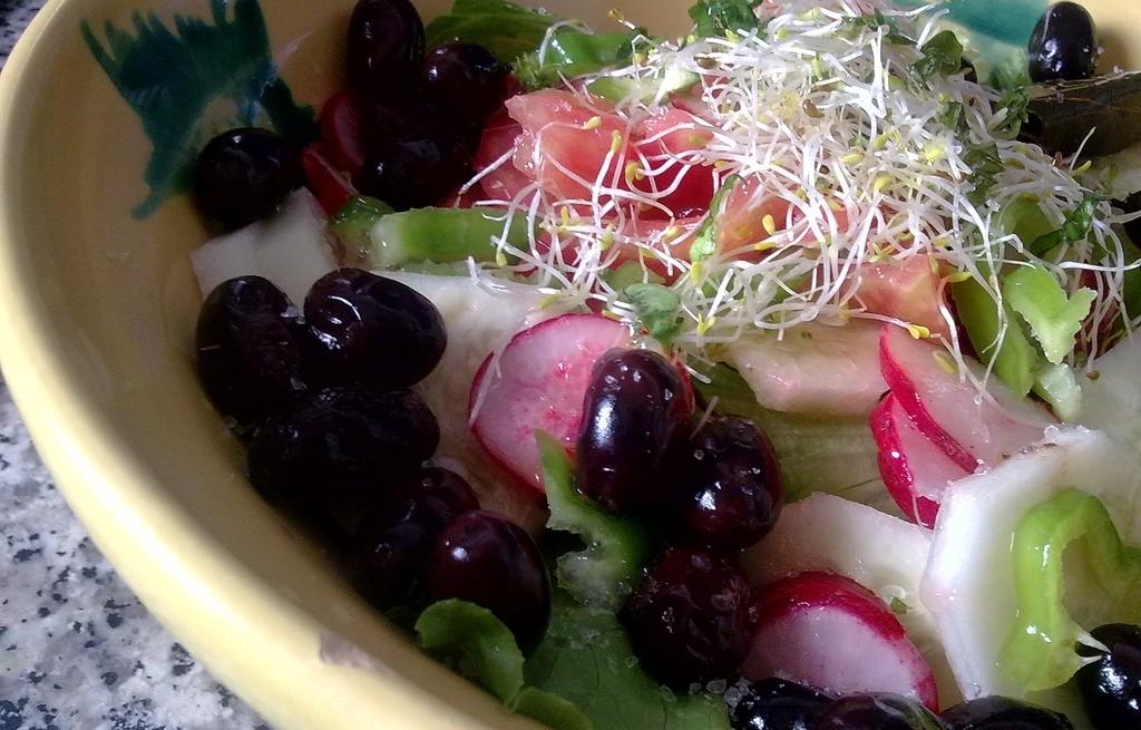 Sałatka warzywna z oliwkami i kiełkami