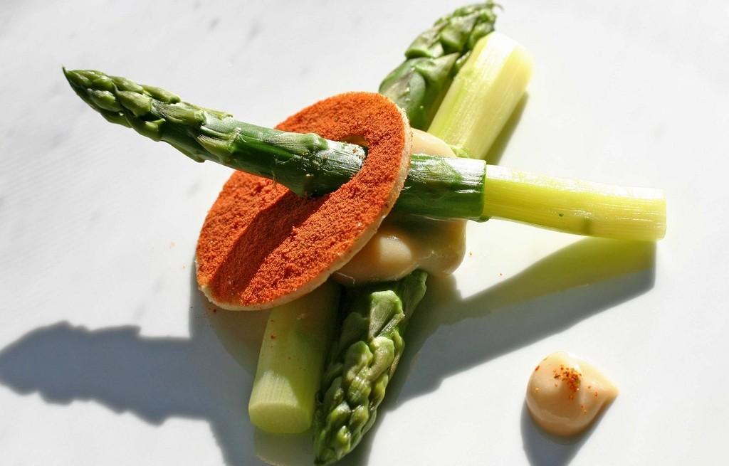 Szparagi z majonezem i czerymoją