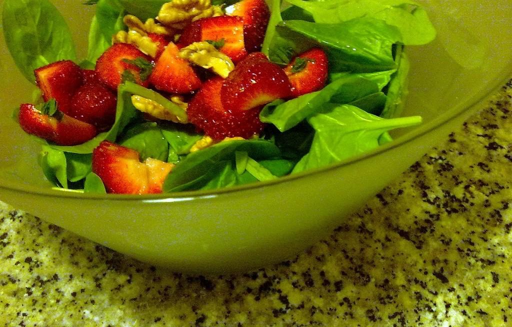 Sałatka truskawkowo-warzywna