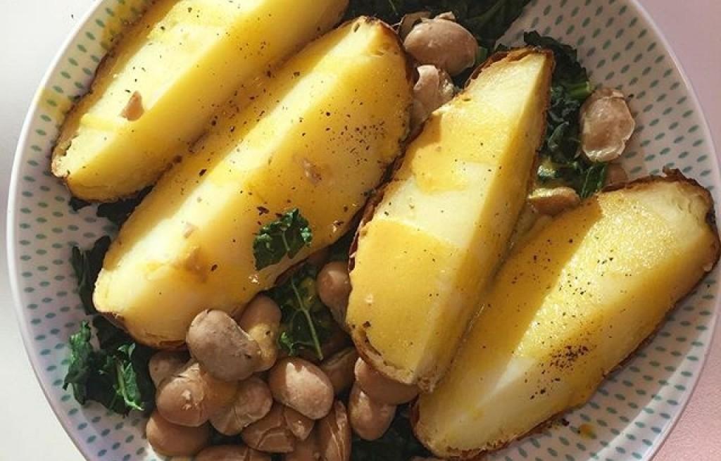 Ziemniaki pieczone z fasolą i jarmużem
