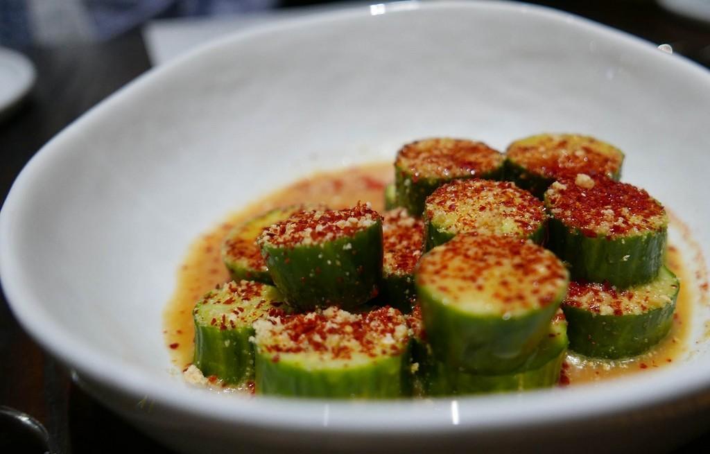 Ogórki w bulionie z miso i chili