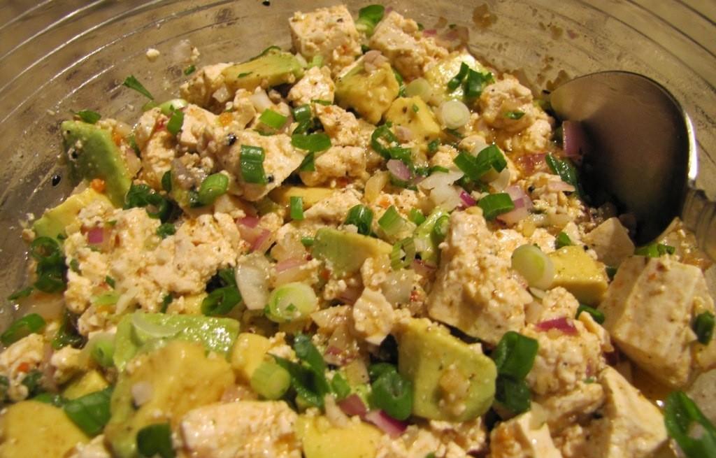 Sałatka z tofu, awokado i orzechami
