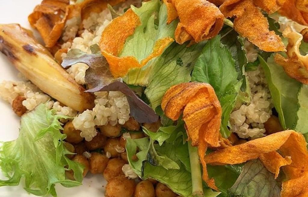 Cieciorka z komosą ryżową i warzywami