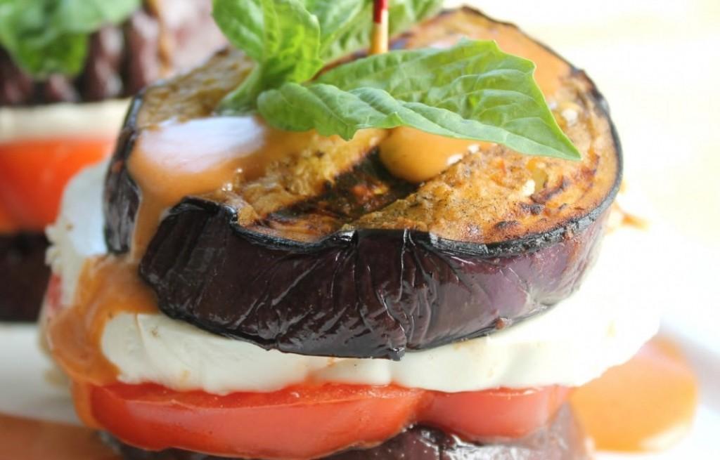 Bakłażan grillowany z serem i pomidorami