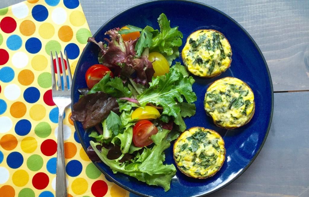 Ziemniaki zapiekane z serem, szpinakiem i warzywami