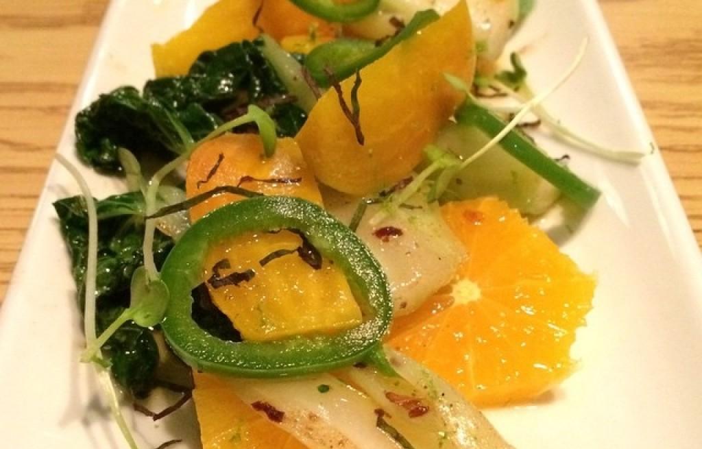 Sałatka warzywna z mandarynkami i kiełkami
