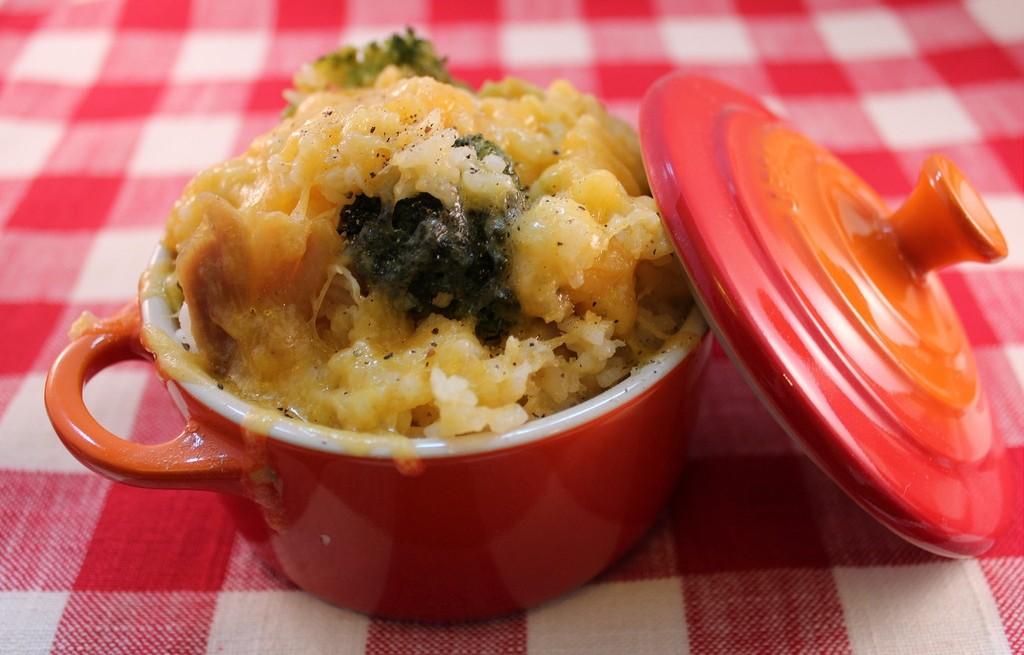 Ryż zapiekany z serem, kurczakiem i brokułem