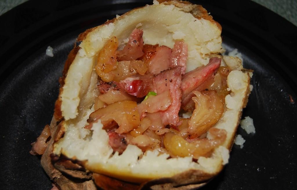 Ziemniaki pieczone z boczkiem i cebulą