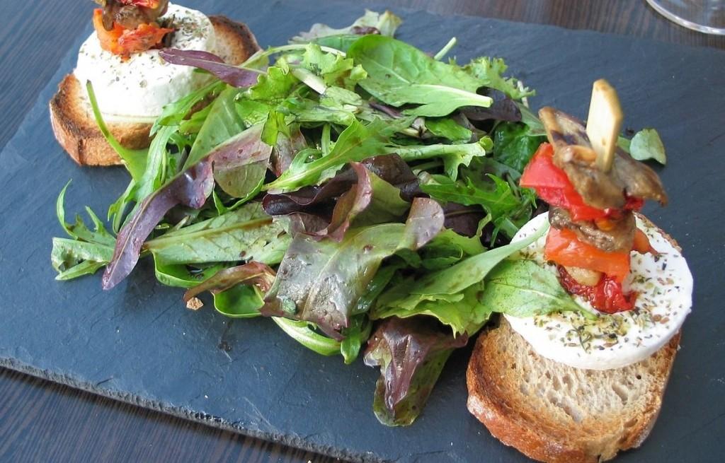 Grzanki z sardelami, serem i sałatką