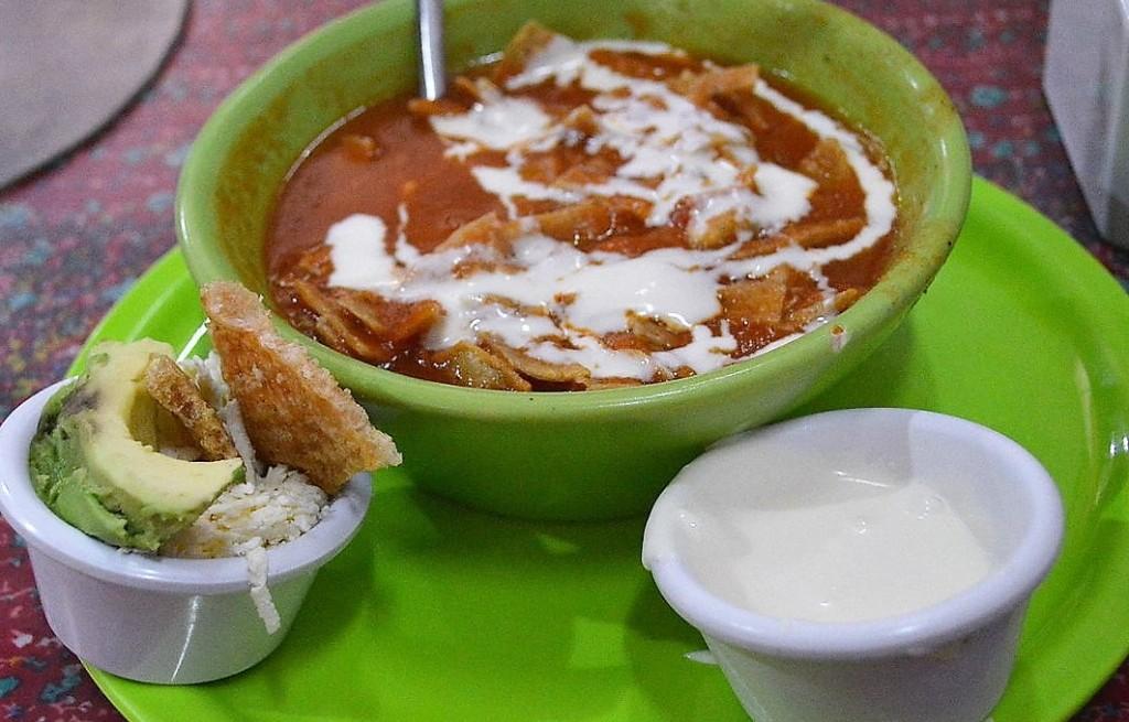 Zupa z plackami tortilli i białą kapustą