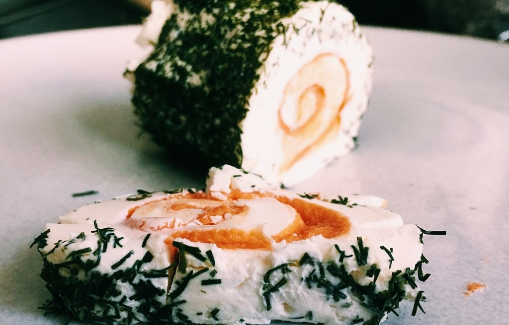 Rolada z łososia, sera i koperku