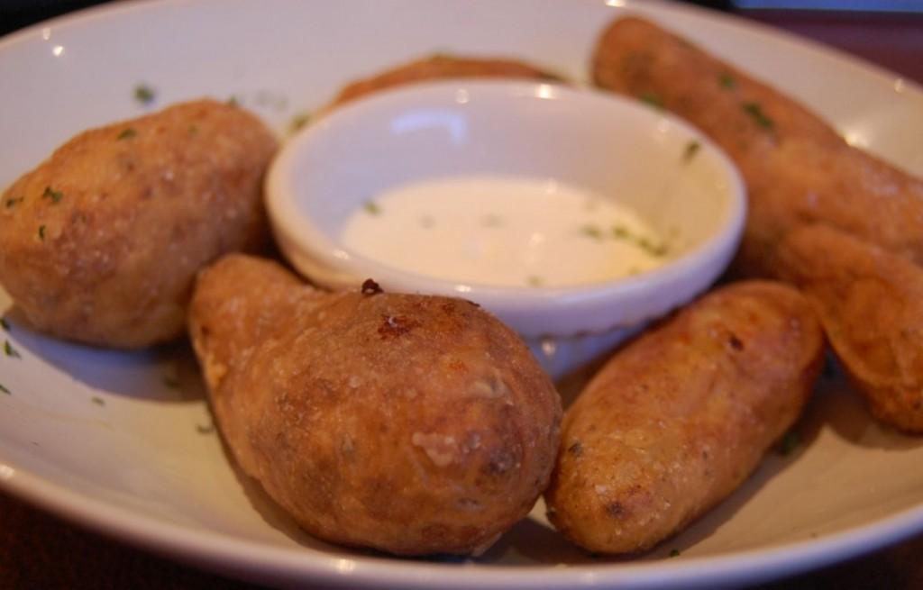 Ziemniaki smażone z sosem czosnkowym