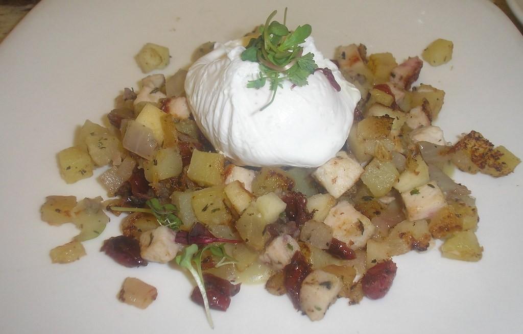 Sałatka ziemniaczana z mozzarellą, burakami i kurczakiem