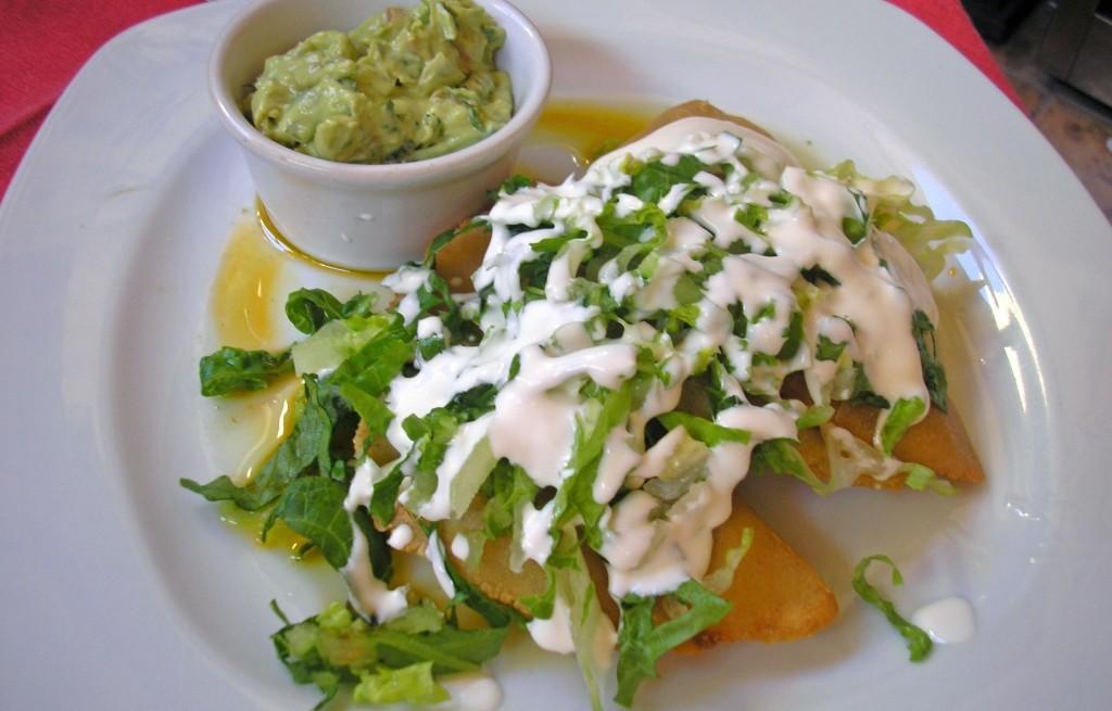 Frytki z sałatą i guacamole