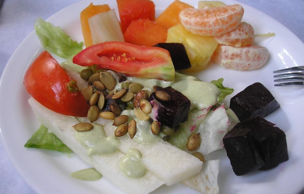 Sałatka owocowo-warzywna z pestkami dyni